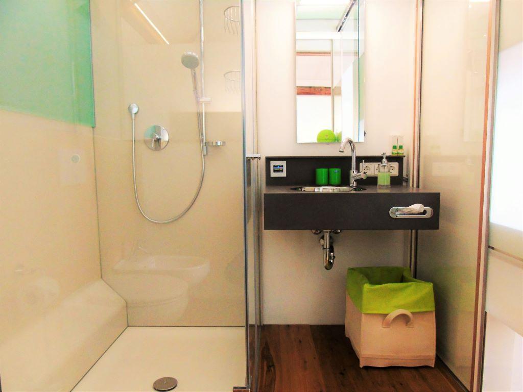 Große Dusche, XXL-Duschtücher, alles zum Wohlfühlen