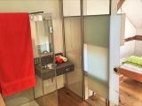 Das Bad ist als clevere, leichte Raum-im-Raum Konstruktion integriert