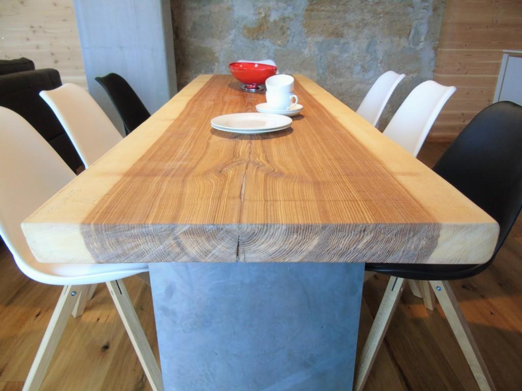 DAS ist mal ein Tisch! Naturholz, wie gewachsen, aus unserer eigenen Schreinerei