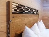Handarbeit aus fränkischer Eiche, mit modernem Equipment wie Ladebuchse und LED-Lampe